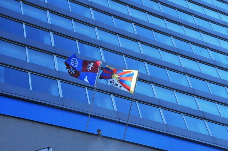 Vlajka_Tibetu_a_kraje_na_budove_KU_LK_v_Liberci_medium