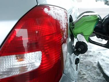 benzinka-nafta-natural-pohonne-hmoty-cerpaci-stanice-pumpa-stojan-pistole-motorismus-auto230113-hk2_denik-380