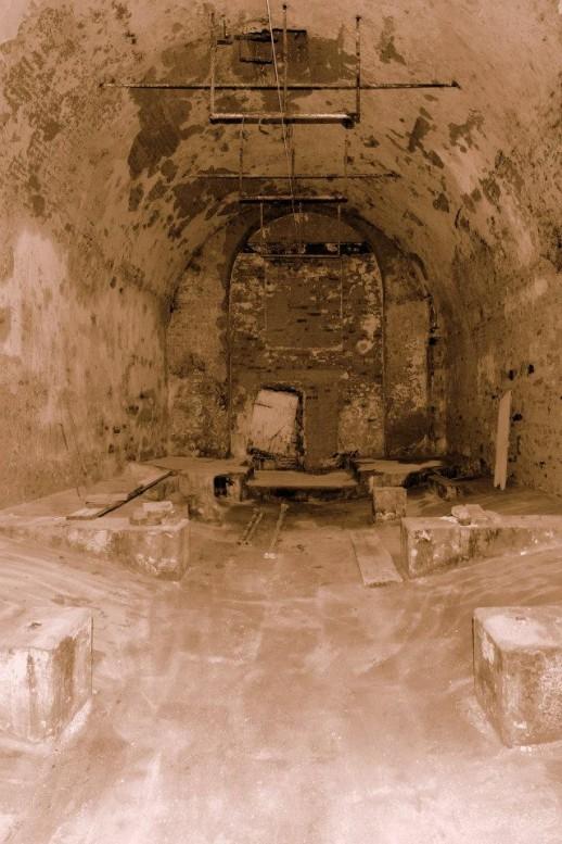 Stav po vyklizení. Ohromnou radost mi udělali nepoškozené kantýře a původní kamenná podlaha. Kantýř je žulový kvádr, na kterém je položena kolejnice na níž jsou usazeny ležácké sudy, což je vidět na fotografii ze 40. let.