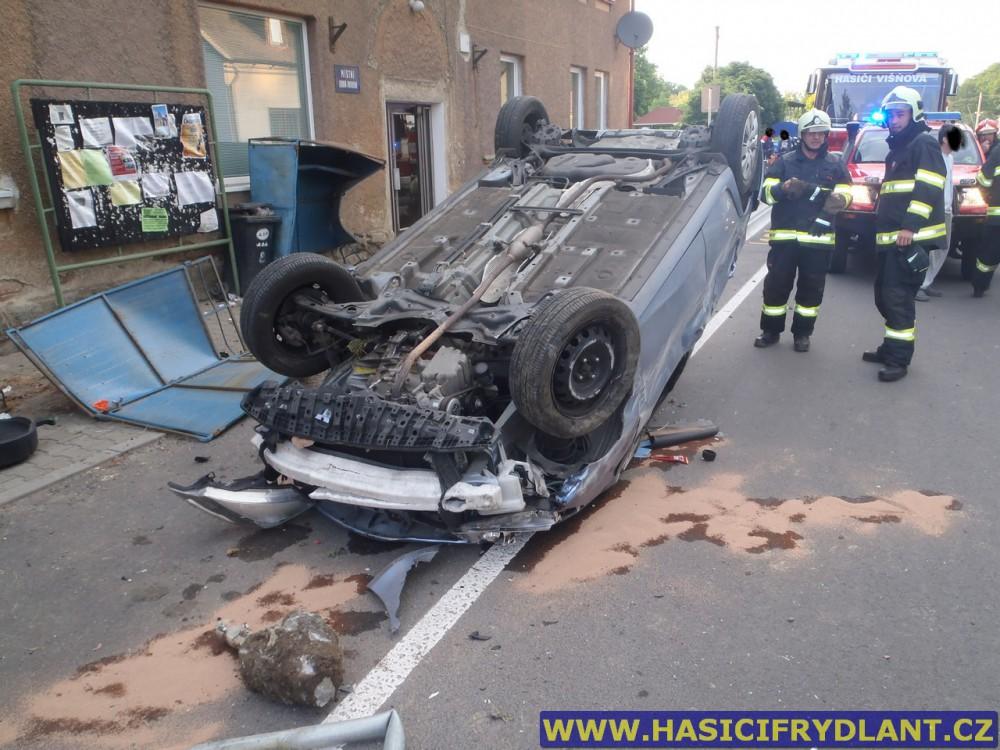 """Zfetovaný polský """"neřidič"""" otočil ve Vísce své auto na střechu"""
