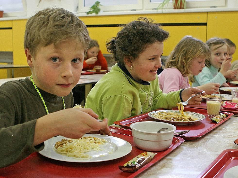 Stravování dětí v jídelnách se lepší