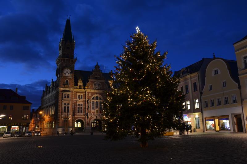 Rozsvícení vánočního stromu, dílničky, trh i překvapení. To vše v neděli ve Frýdlantu!