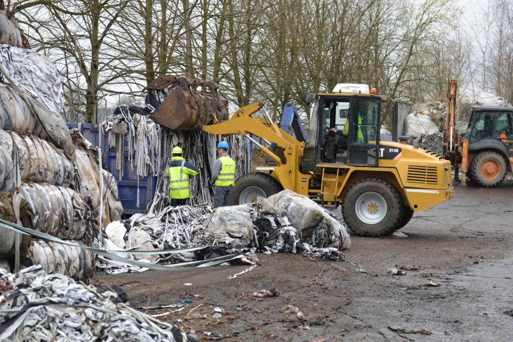 Z nelegální skládky v Bulovce odvezli dnes poslední tuny odpadu