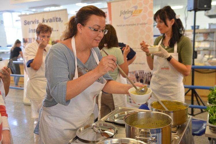 Kuchaři a vedoucí školních jídelen se opět naučí v kurzu vařit lákavěji pro děti