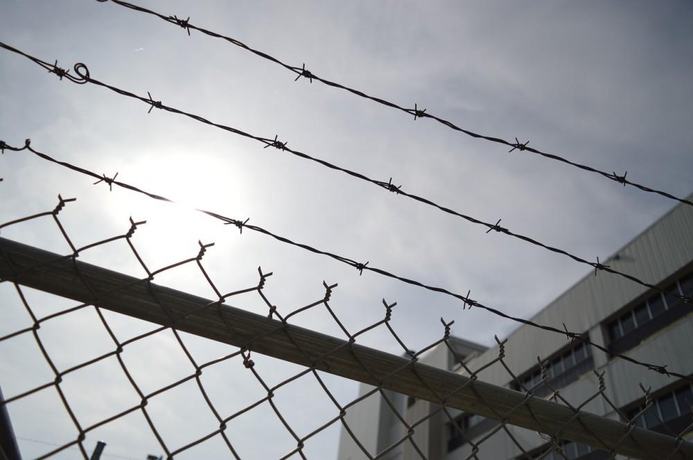 Odsouzený se pokusil do věznice pronést v konečníku peníze i drogy