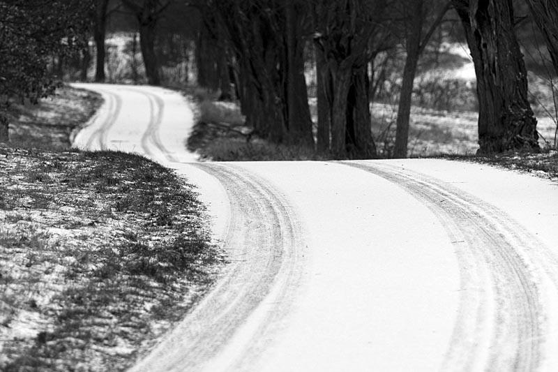 SJÍZDNOST: Na silnicích v Jizerských horách je zledovatělá vrstva sněhu