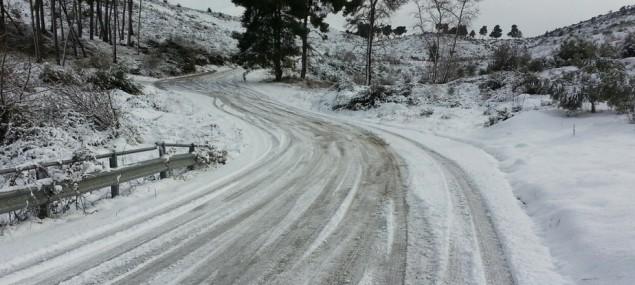 Sněžení komplikuje dopravu na Liberecku, policie uzavřela silnici na Králův háj