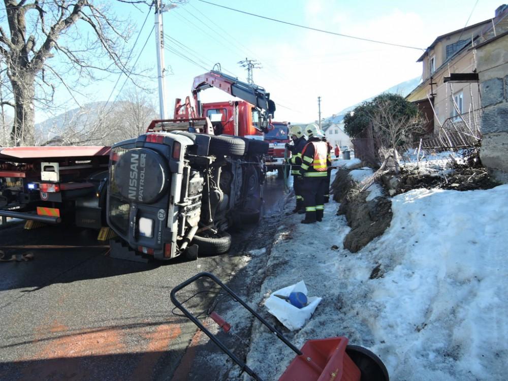 FOTO: Řidič otočil svůj offroad na bok, kvůli zásahu musela být silnice v Bílém Potoce uzavřena