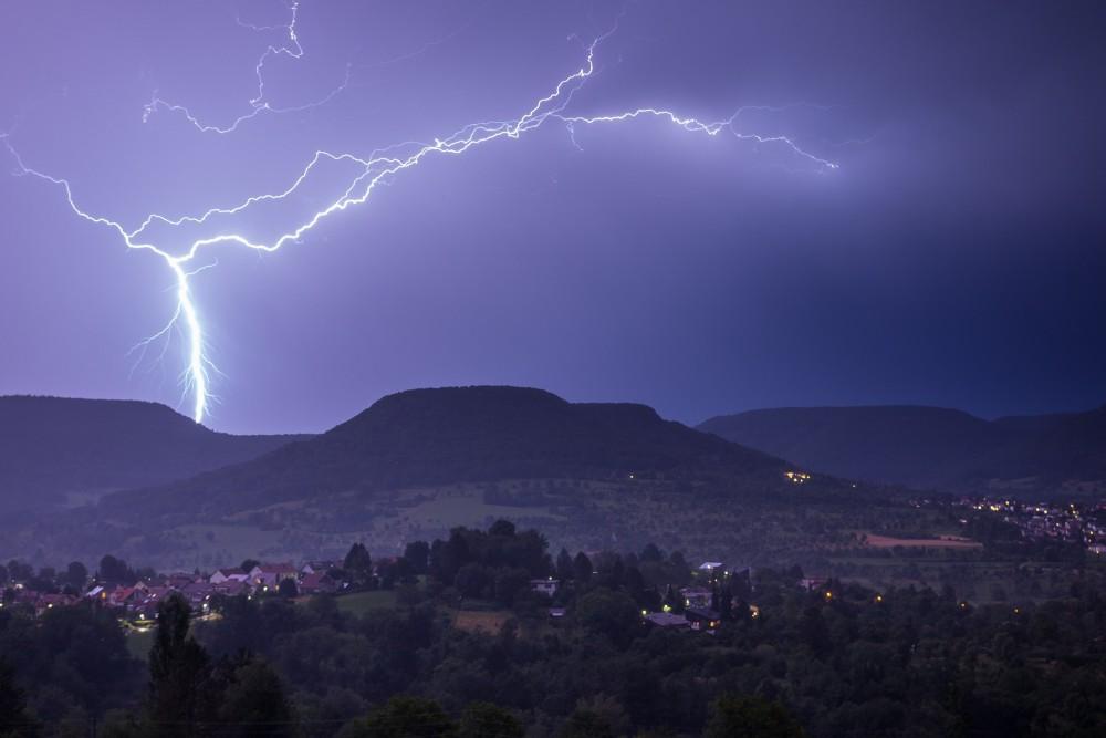 Liberecko mají v úterý zasáhnout silné bouřky, doprovodit je může přívalový déšť a kroupy