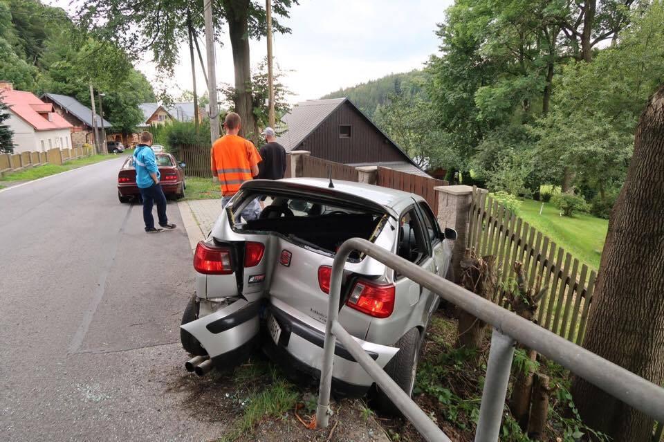 Řidič zdemoloval své auto o zábradlí v Oldřichově, nehoda se obešla bez zranění