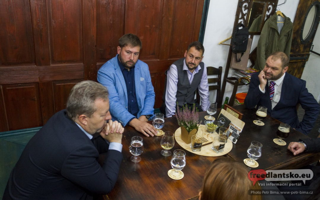 Debata o Turówu a ztrátě vody s ministrem Richardem Brabcem ve frýdlantském pivovaru / Fotoreportáž