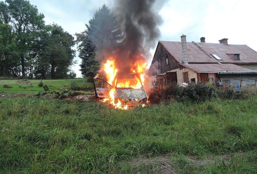 Přijel domů a po půl hodině zjistil, že mu hoří auto. Z toho zbyl jen ohořelý vrak