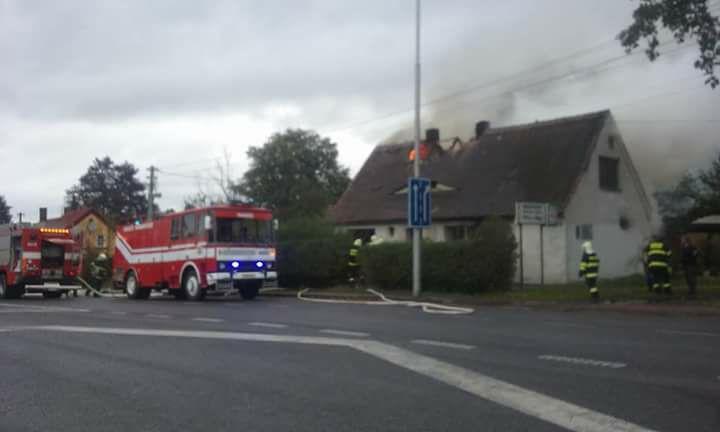 V Habarticích hořel rodinný dům, popálenou ženu transportoval vrtulník do pražských Vinohrad