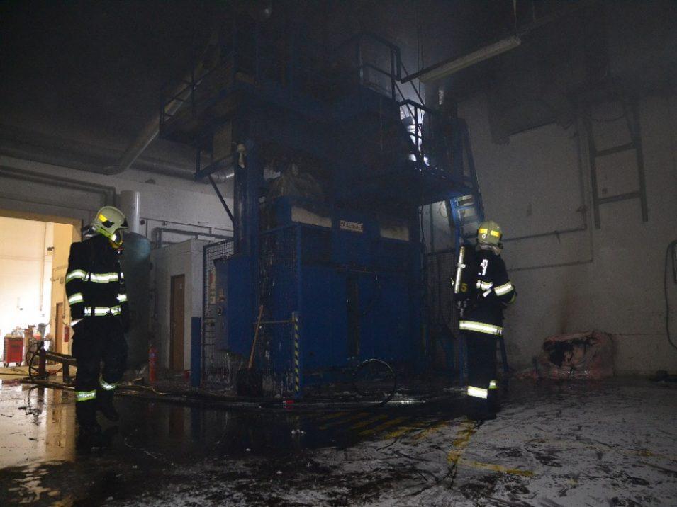 FOTO: Při požáru lisu v Raspenavě vznikla škoda za milion korun