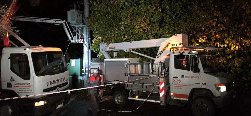 Bez elektrického proudu zůstává po včerejší vichřici 80 tisíc odběrných míst