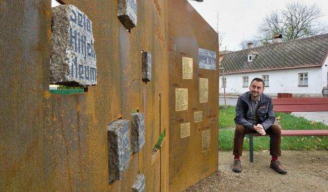 Po troskách pomníku šlapaly generace dětí, teď je v Hejnicích zpátky