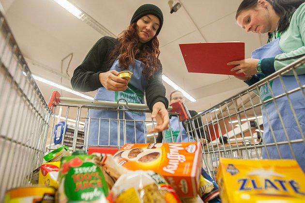 Darovali košíky plné jídla. V sobotu proběhla národní potravinová sbírka