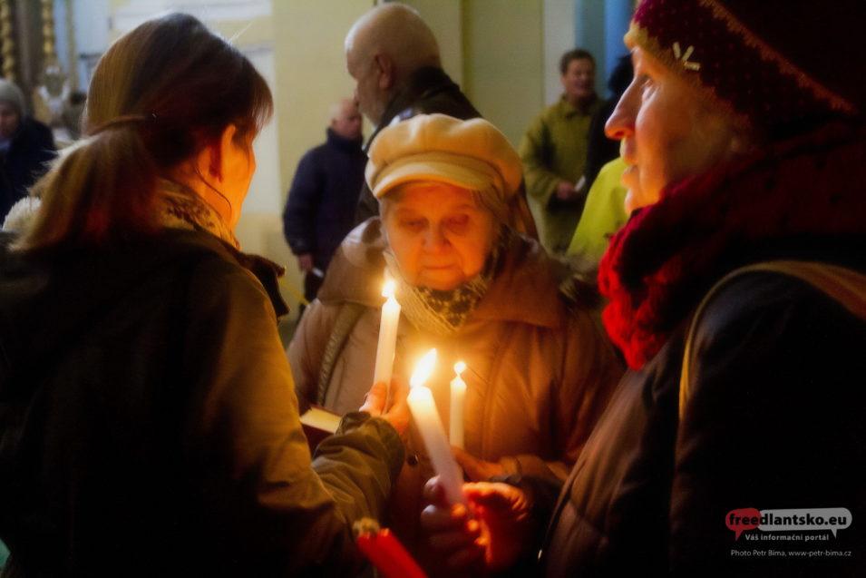 Rozsvěcení hromniček v chrámu Navštívení Panny Marie v Hejnicích