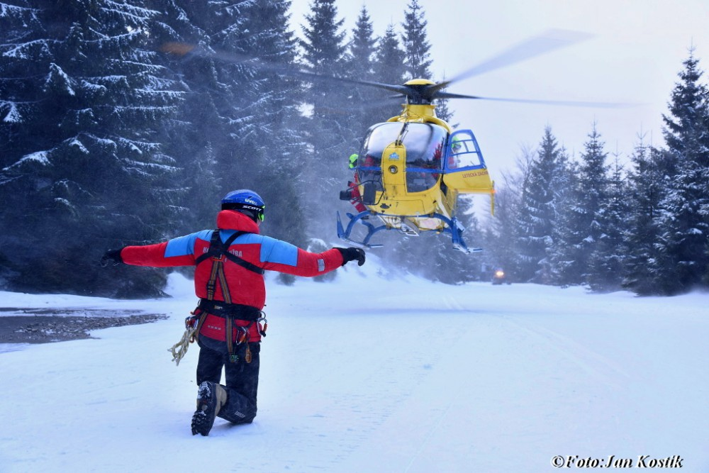 Záchranáři oživovali běžkaře v Jizerkách, život mu nezachránila ani dlouhá resuscitace