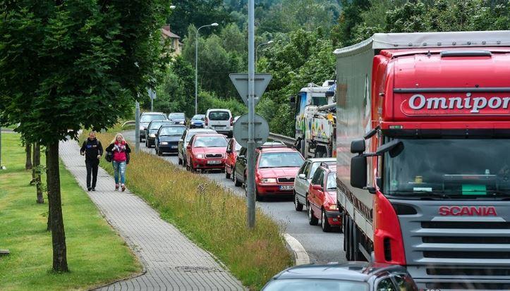 Při opravě silnice město ucpou kamiony, obávají se liberecké firmy