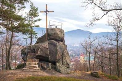 """Slavnostní otevření skalní vyhlídky Poustevníkův kámen na kopci zvaném """"Na Chatkách"""" v Hejnicích"""