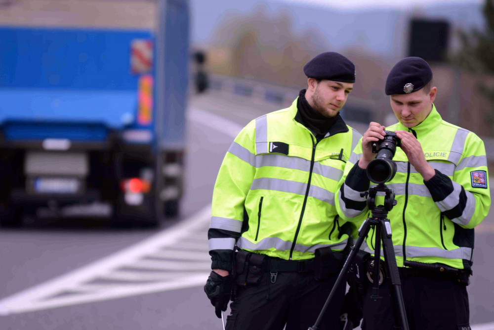 S novým dalekohledem vidí policisté až na kilometr. Odhalí telefonování i pásy
