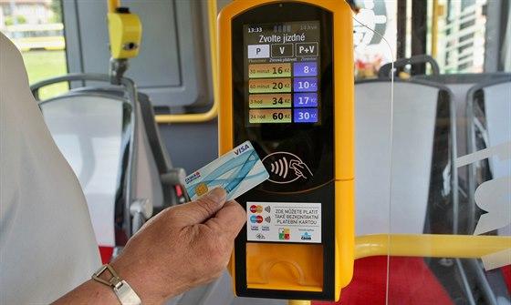 Konec hledání mincí. Příměstské autobusy v Libereckém kraji přijmou i karty
