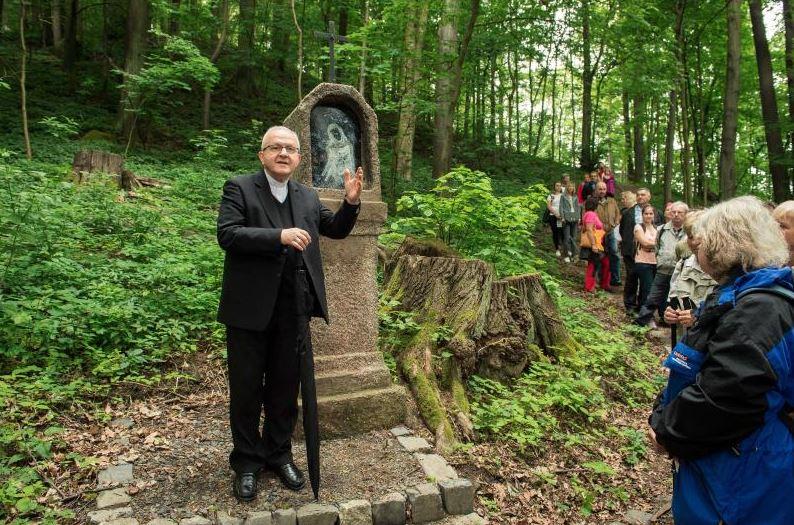 Obnovenou křížovou cestu slavnostně otevřel litoměřický biskup