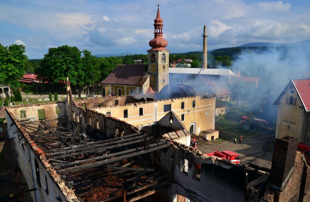 AKTUALIZACE – Požár v bývalém statku zaměstnával nejen hasiče již druhý den