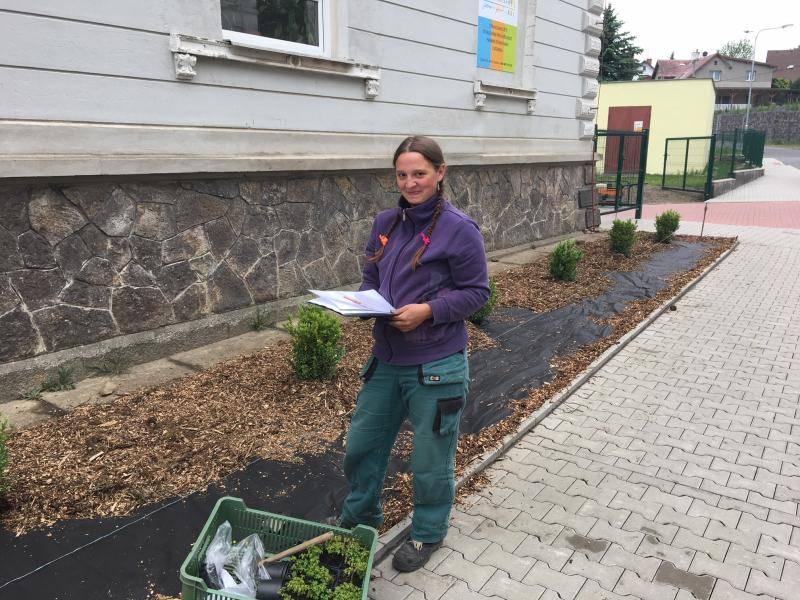 Budoucí zahradnice a zahradníci zkrášlili okolí školy v Husově