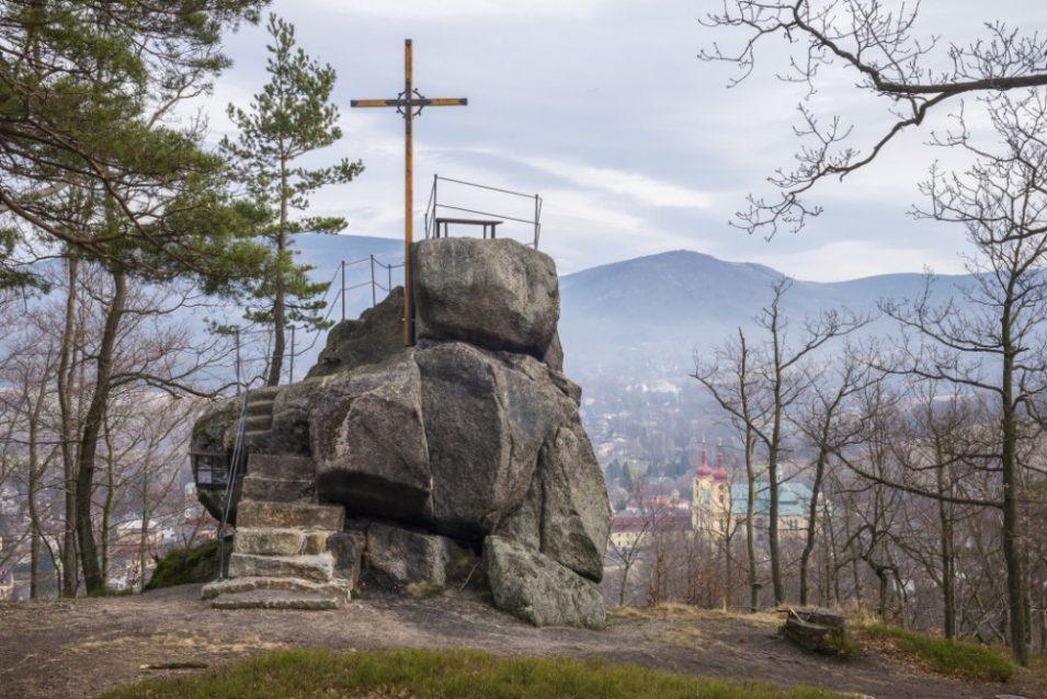 Nad Hejnicemi obnovili vyhlídku Poustevníkův kámen. Nové jsou schody i lavičky