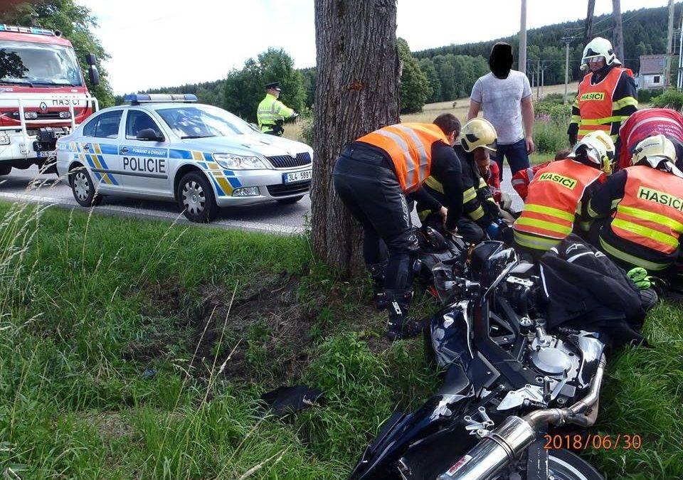 Motorkář narazil do stromu, do nemocnice letěl vrtulníkem