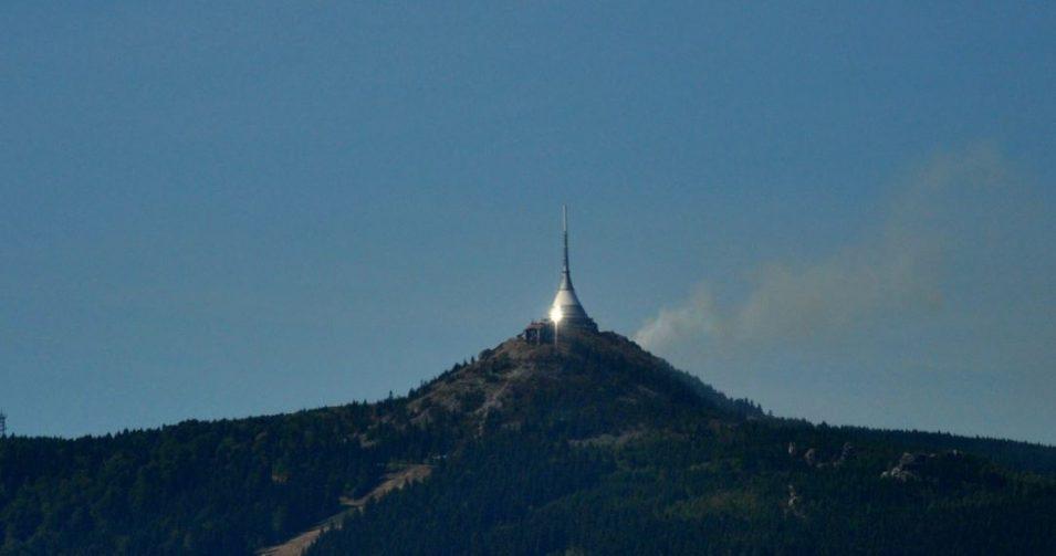 Na vrcholku Ještědu hoří les, hasiči nasadili vrtulník
