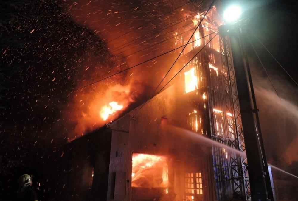 FOTO: Ve Višňové v noci shořela bývalá hasičárna. Uvnitř vybuchla acetylenová láhev