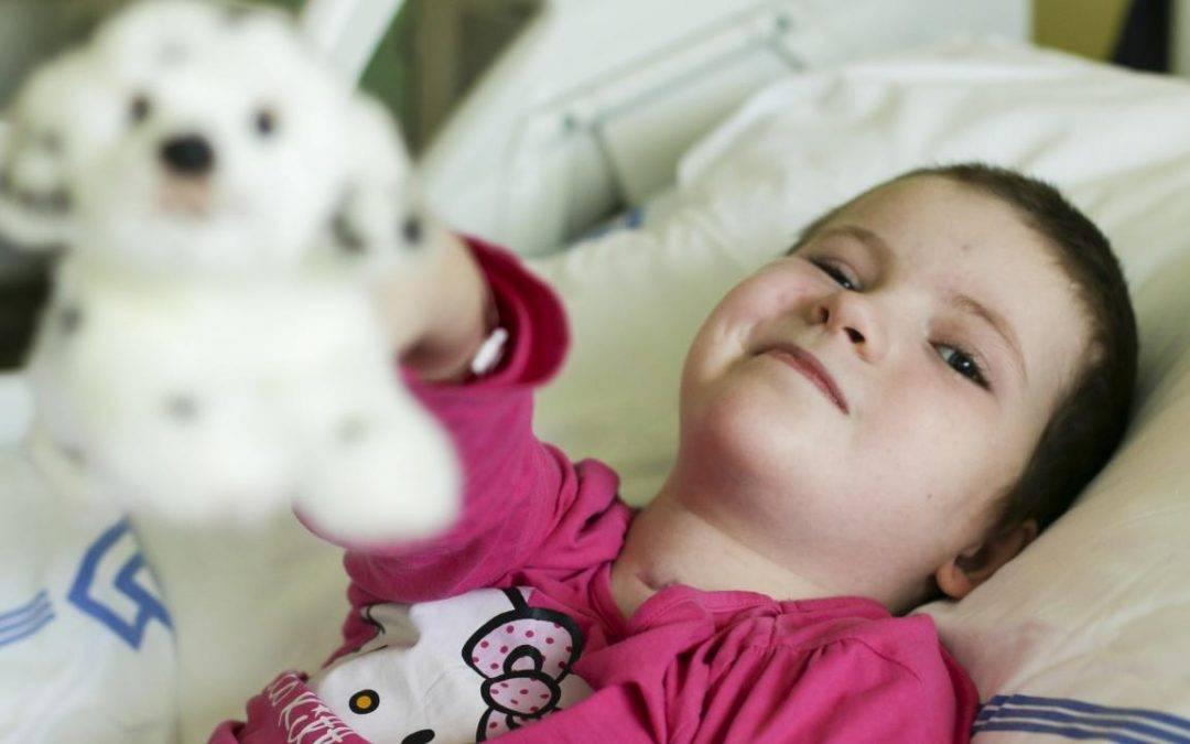 Devítiletá Kája z Mníšku je po nehodě upoutaná na lůžko. Lidé pro ni pořádají sbírku