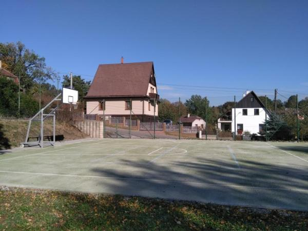 U školy v Purkyňově ulici bylo otevřeno zrenovované hřiště