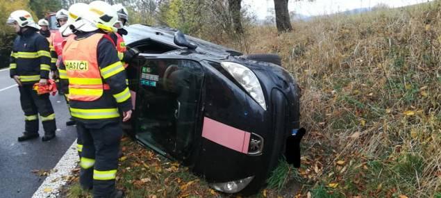 Složky Integrovaného záchranného systému vyjížděly k autu, které skončilo na boku