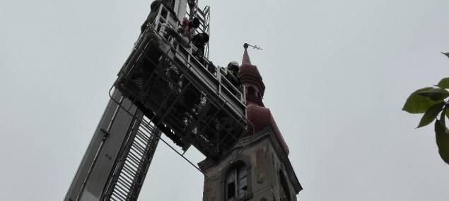 Kostel v Jindřichovicích je po loňské vichřici stále bez kříže