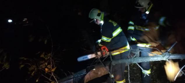 FOTO: Popadané stromy zastavily vlaky, tři tisíce domácností jsou bez proudu