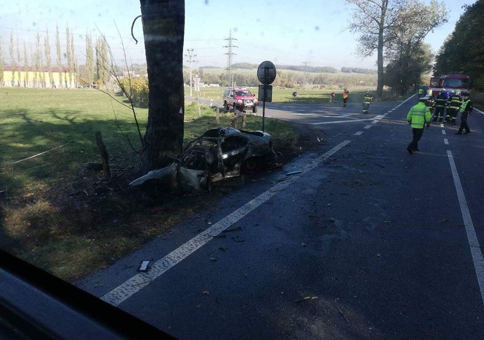 U Dětřichova právě vyhasl život řidiče, který naboural do stromu