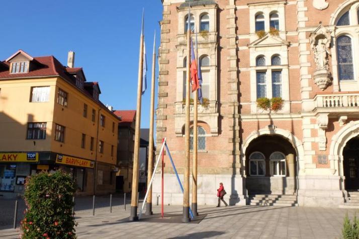 Před frýdlantskou radnicí stojí obří špejle, symbolizují pilíře demokracie