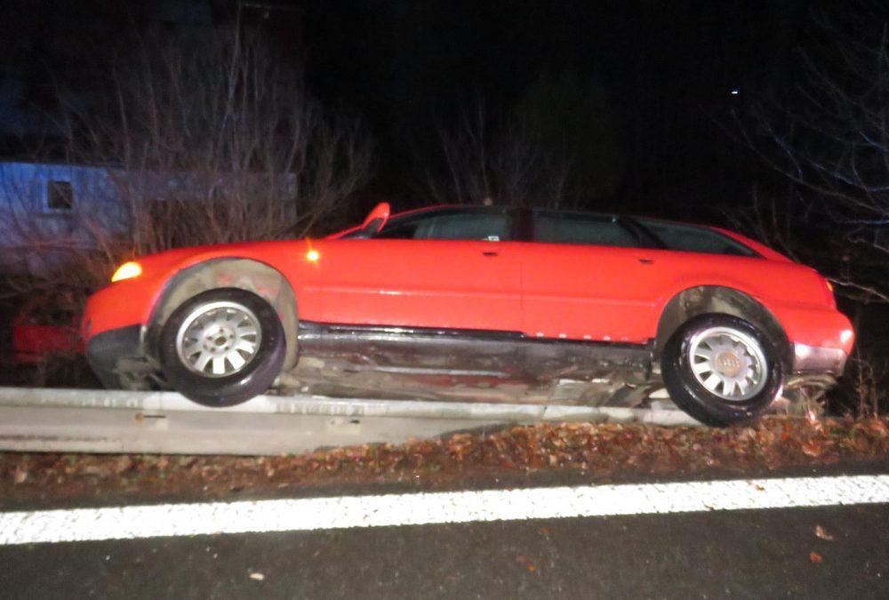 Bez řidičáku, technické kontroly zato s alkoholem v krvi skončil ve svodidlech