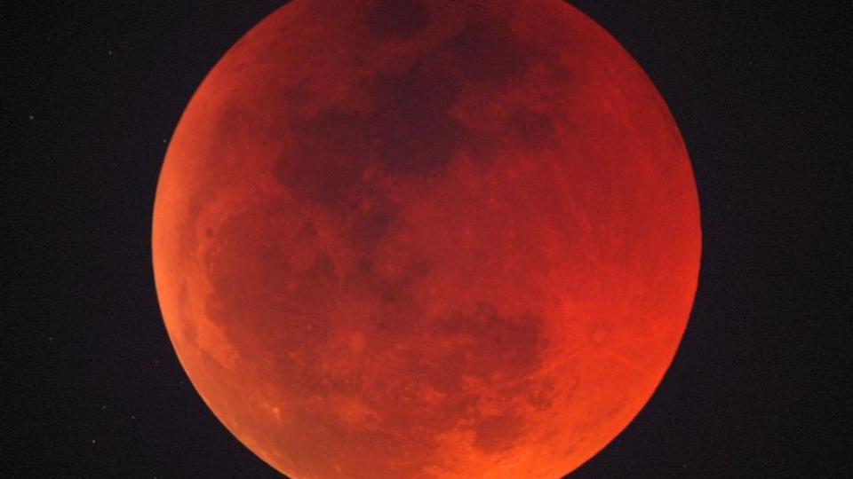V pondělí brzy ráno můžete vidět úplné zatmění Měsíce. Další bude až za šest let
