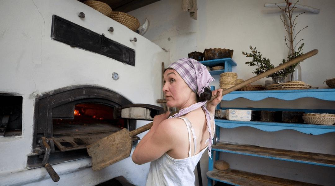Pekařce učarovala vesnička, chléb s vůní majoránky sází do pece lopatou