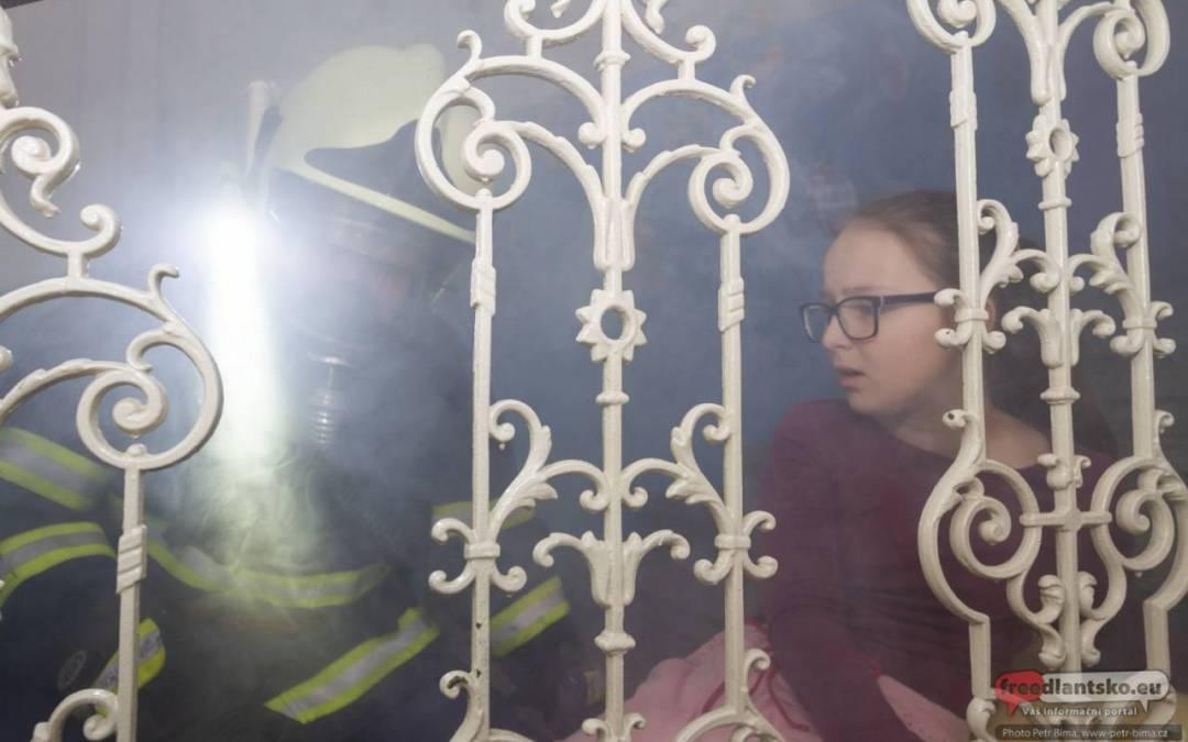 Záchranné sbory nacvičovaly záchranu dětí z hořící školy v Dětřichově