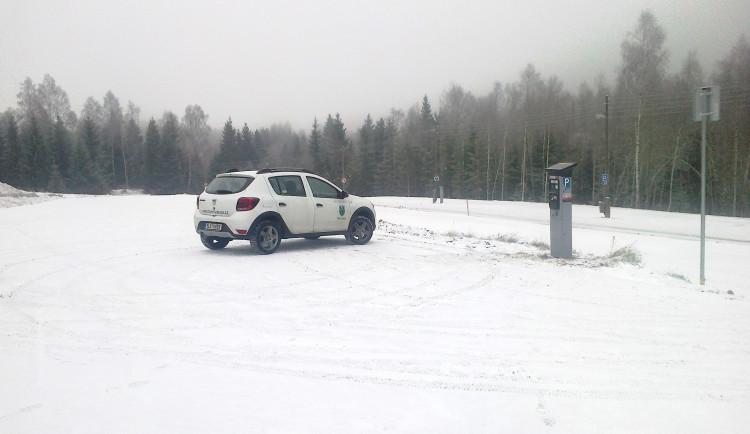 U Souše vznikla nová parkovací plocha. Vejde se na ni sto aut
