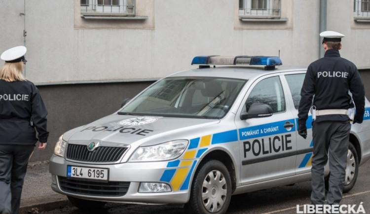 Policisté hledají svědky nehody v Mníšku. Při srážce aut se zranili dva lidé