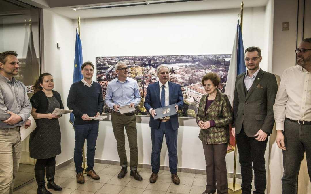 Lidé z Liberecka odvezli do Bruselu petici proti rozšíření polského dolu