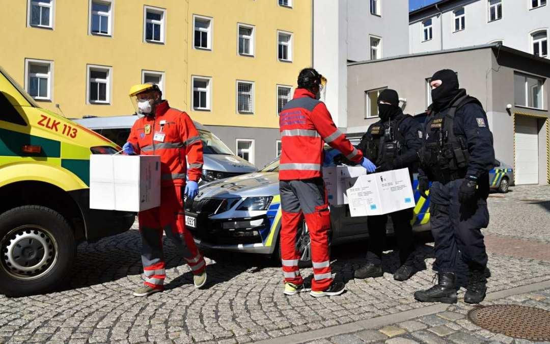 Policie předala 500 respirátorů FFP3 libereckým záchranářům
