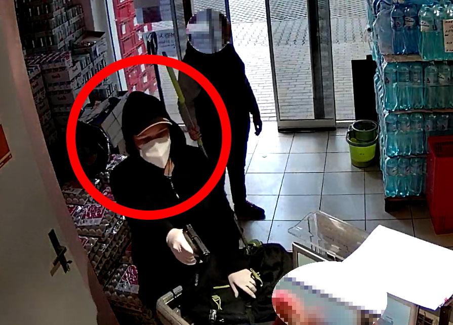 Policie pátrá po ozbrojené pachatelce loupeže v Novém Městě pod Smrkem. Ženu se nepokoušejte zadržet!